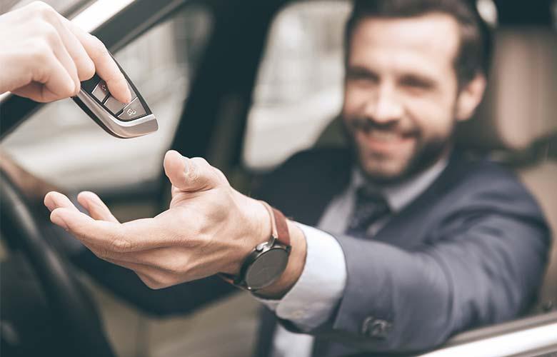 Unser Hol- und Bringservice übergibt Besitzer sein Auto