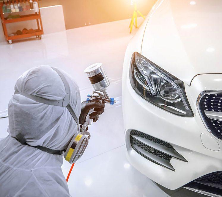 weißes Auto wird neu lackiert