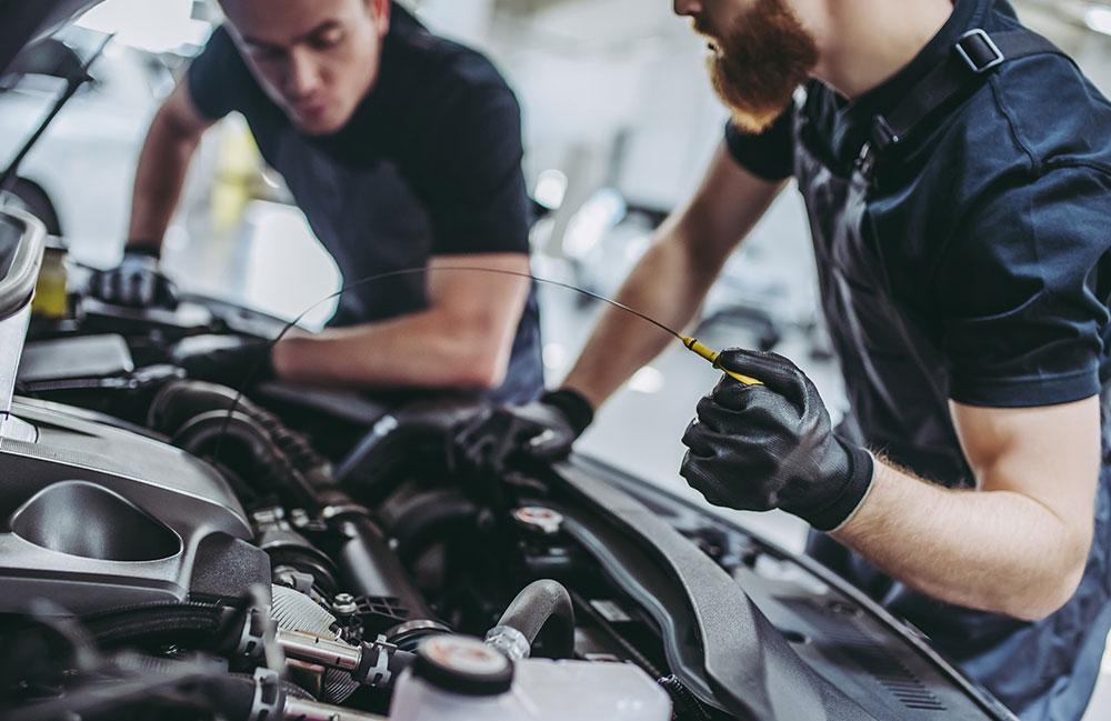 Zwei Mechaniker erledigen ein Schnellservice