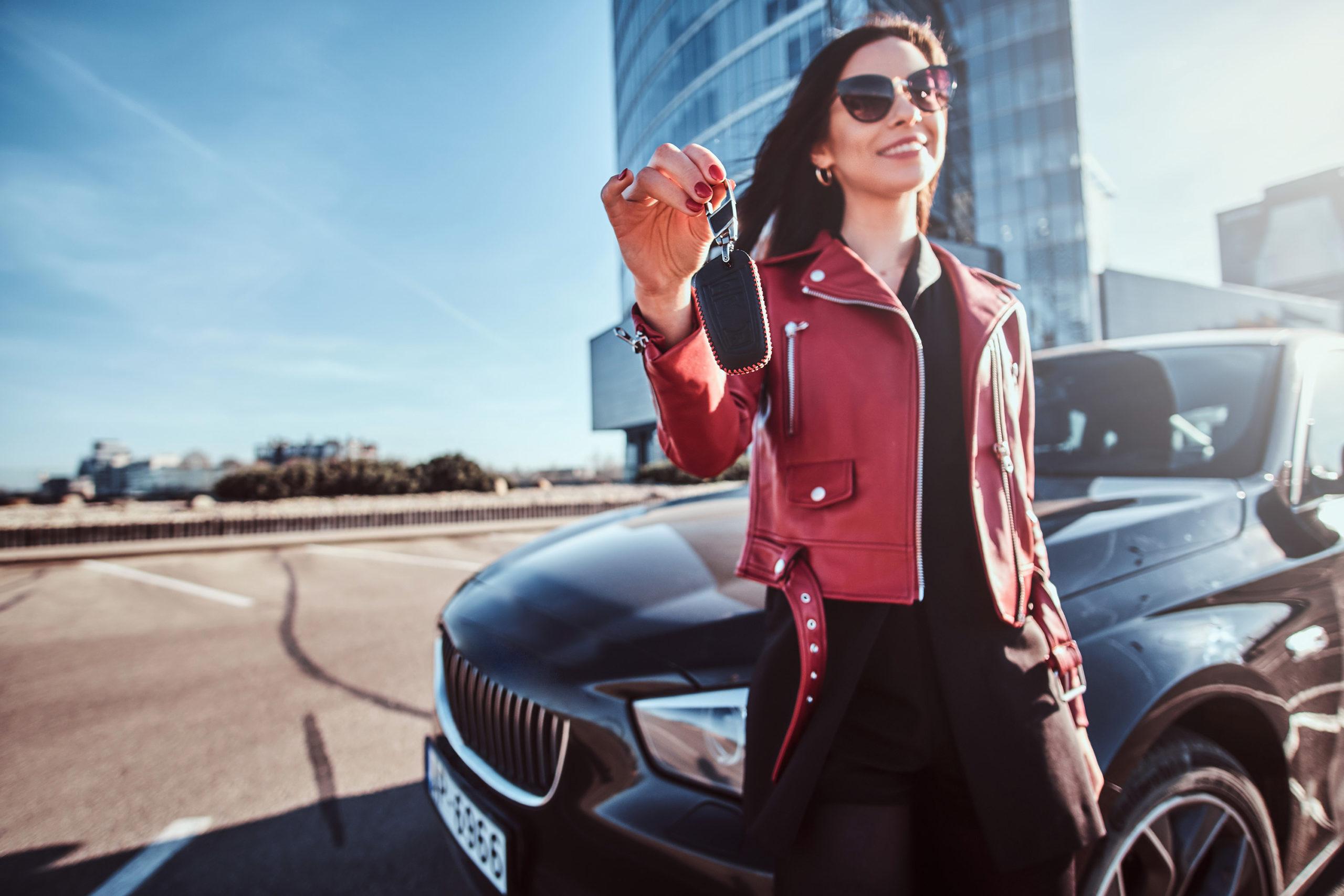 Frau mit Autoschlüssel in der Hand